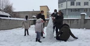 Çocuklar zabıtalarla birlikte kardan adam yaptılar