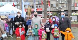 Edremit Belediyesi'nden çocuklara karne hediyesi 15 bin kitap
