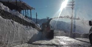 Ekipler zorlanınca devreye kar küreme aracı girdi
