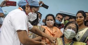 Hindistan'da Covid-19'a karşı aşılama işlemi başladı