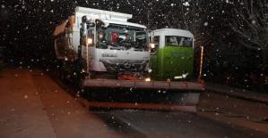 İzmit Belediyesinden kar küreme ve tuzlama çalışması