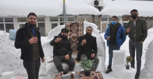 Kardan masa, sandalye ve koltuk yapıp müşteri beklediler