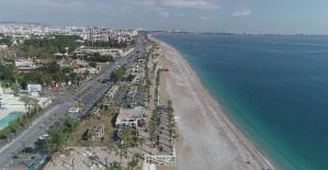 Kısıtlamalar sebebiyle berraklaşan Konyaaltı sahil turkuaz renge büründü