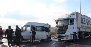 Kocaeli TEM'de arızalanan minibüse tır çarptı: 2 yaralı