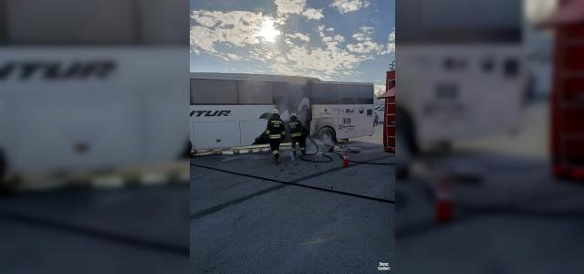 Otogarda park halindeki otobüs yandı