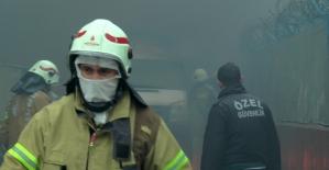 Sancaktepe'de fabrika bahçesinde minibüs alev alev yandı