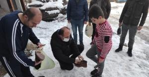Şehitlerin emaneti olan çocukları üşümesin diye kışlık mont ve bot dağıttılar