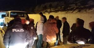 Sokağa çıkma yasağını ihlal edip yakalanacağını anlayınca uyuşturucu aparatlarını araçtan aşağı attılar