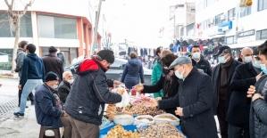 Soyer çifti, pazar alışverişini Bayındır üreticisinden yaptı