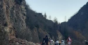 Tirebolu-Doğankent karayolunda heyelan meydana geldi