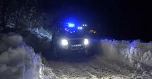 UMKE ekipleri paletli ambulansla yolu kapanan hastaya ulaştı