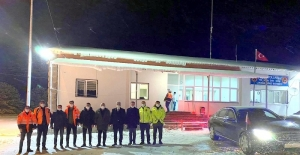 Vali Makas, karla mücadele ekipleriyle...