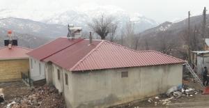 Yanan evin çatısını kaymakamlık yaptırdı