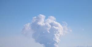 Zeminden yükselen yoğun duman yanardağı andırıyor