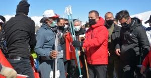 2 bin 700 rakımda tahta kayaklarla kaydılar