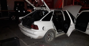 Park halindeki otomobil alev aldı, 3 arkadaş yaralandı