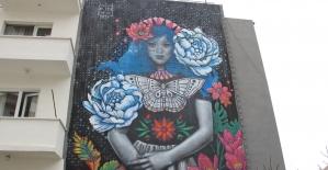 """Ankara'da bir apartmanın cephesinin tamamına duvar resmi yapıldı: """"Çiçekli Kız"""""""