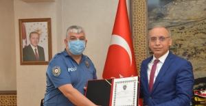 Yaşlı kadına yardım eden polis memuruna teşekkür belgesi