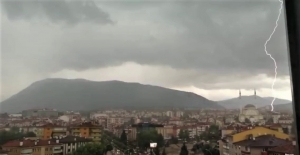Karabük'te yıldırım düşme anı anbean kaydedildi