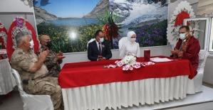 Vali Akbıyık genç çiftin nikahını kıydı