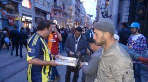 Derbi iddiasını kaybedince Galatasaray Meydanı'nda baklava dağıttı